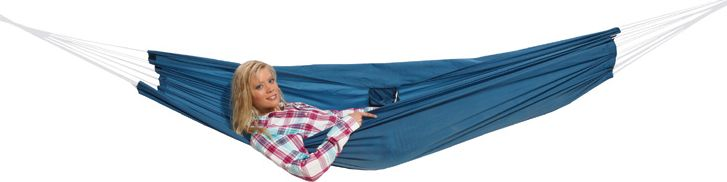 Гамак High Peak Hangematte, цвет: синий, 220 х 140 см41224Прочный гамак High Peak Hangematte, изготовленный из высококачественного текстиля, внесет дополнительный комфорт в ваш отдых на даче, в походе или на пикнике.Дача, лето, свежий воздух, отдых после тяжелой работы, возможность побыть наедине с природой, насладиться запахами листвы и цветов, солнечным светом, пробивающимся сквозь кроны деревьев - все эти приятные мысли и эмоции пробуждаются в нас при взгляде на один очень простой предмет - гамак.В комплект входят два карабина, прочный шнур и транспортировочный чехол.