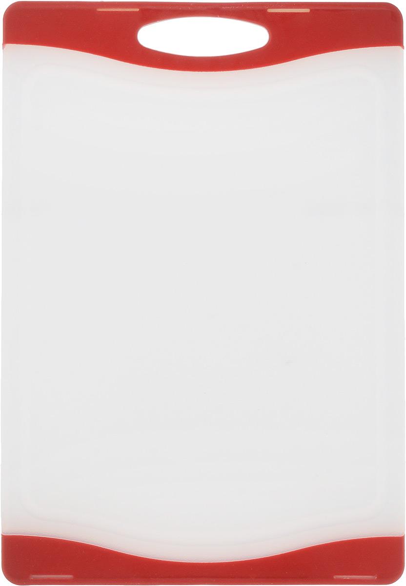 Доска разделочная Zeller, цвет: белый, красный, 29,3 х 20 х 1 см26111_белый_красныйДоска разделочная Zeller выполнена из пластика белого цвета и снабжена по краям прорезиненными цветными вставками, благодаря чему не скользит по поверхности. Идеально подходит для нарезки любых продуктов. Доска не впитывает запах продуктов, имеет антибактериальную поверхность, отличается долгим сроком службы. Ножи не затупляются при использовании. Доска снабжена удобной ручкой, одна из сторон имеет по краям желобки для сбора лишней жидкости. Можно использовать обе стороны доски. Такая доска понравится любой хозяйке и будет отличным помощником на кухне. Можно мыть в посудомоечной машине.