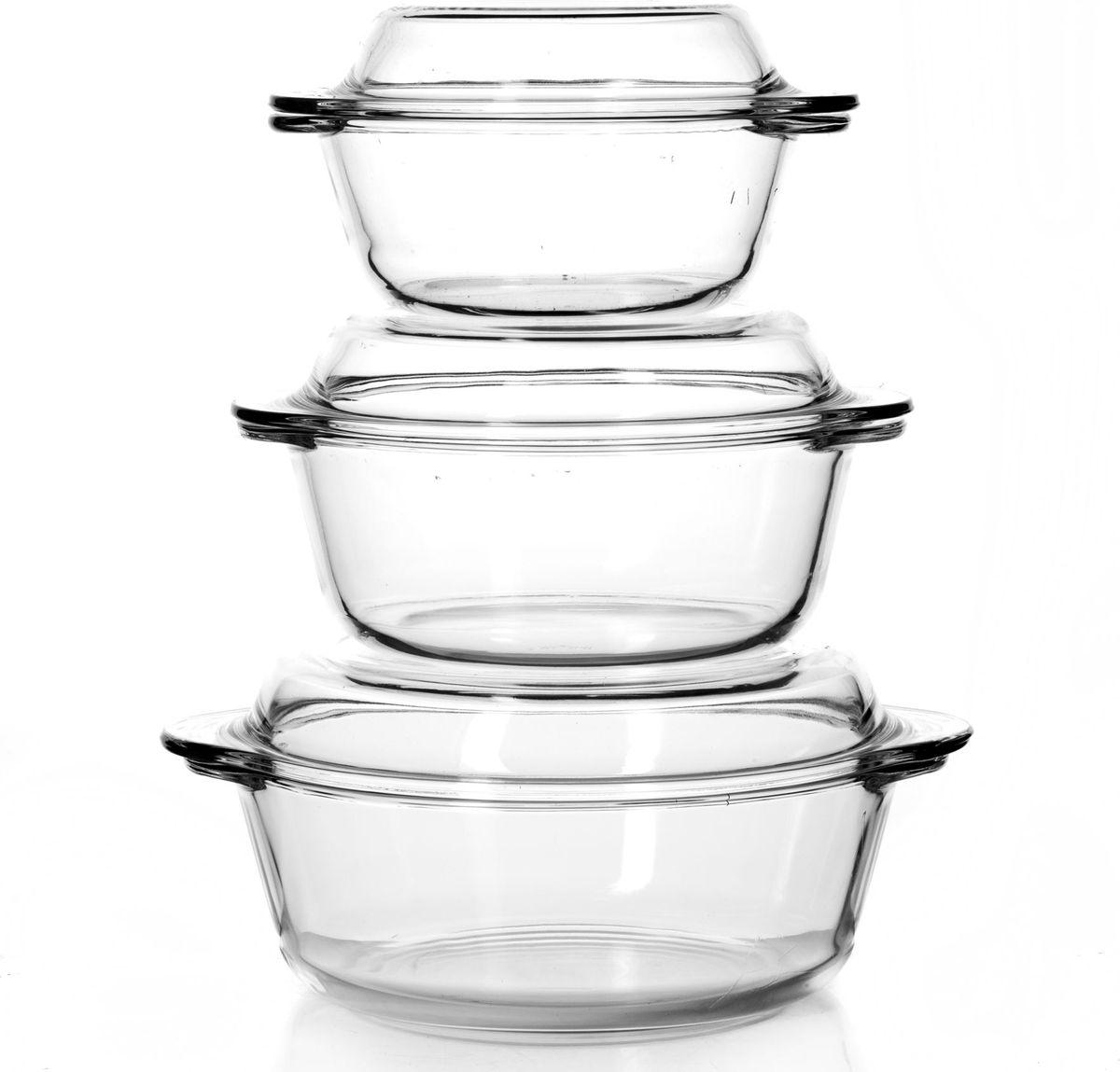 """Набор посуды для СВЧ """"Pasabahce"""" выполнен из жаропрочного стекла и состоит из трех кастрюль с крышками разного размера.  Изделия прекрасно подойдут для выпекания десертов - кексов, пирогов, тортов. Стекло - самый безопасный для здоровья материал. Посуда из стекла не вступает в реакцию с готовящейся пищей, а потому не выделяет никаких вредных веществ, не подвергается воздействию кислот и солей. Из-за невысокой теплопроводности пища в ней гораздо медленнее остывает.  Стеклянная посуда очень удобна для приготовления и подачи самых разнообразных блюд: супов, вторых блюд, десертов. Благодаря прозрачности стекла, за едой можно наблюдать при ее готовке, еду можно видеть при подаче, хранении. Используя такую посуду, вы можете как приготовить пищу, так и изящно подать ее к столу, не меняя посуды. Благодаря гладкой идеально ровной поверхности посуда легко моется.   Можно использовать в духовках, микроволновых печах и морозильных камерах (выдерживает температуру от - 30° C до 300°C). Можно мыть в посудомоечной машине."""