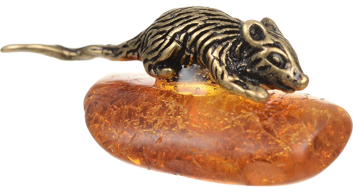 """Фигура на янтаре Гифтман """"Мышка на янтаре"""" выполнена из латуни и искусственного янтаря. Размеры: 2 см х 1,3 см."""