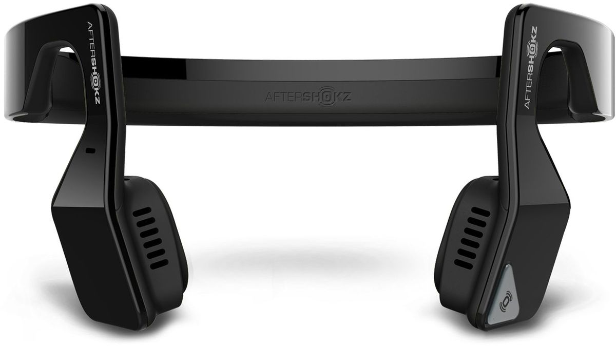 Aftershokz AS500S, Black беспроводные наушникиAS500SAftershokz AS500S – обновленная версия наушников с технологией костной проводимости и беспроводной передачей сигнала по протоколу Bluetooth.Главное достоинство Aftershokz AS500S - в возможности восприятия окружающего пространства. Пользователь в наушниках с костной проводимостью одновременно слышит и воспроизводимую музыку, и одновременно все, что происходит вокруг него.Наушники легко синхронизируются по Bluetooth с мобильными устройствами на iOS и Android, Дальность беспроводного подключения составляет до 10 метров.К наушникам прилагается эластичный регулируемый ремешок, который можно подогнать точно по размеру головы. Он не позволит устройству упасть во время бега или прыжков.В наушники встроен микрофон, позволяющий использовать их как беспроводную гарнитуру для общения по телефону. Технология двойного подавления шума является гарантией того, что собеседник без труда поймёт каждое слово владельца наушников.