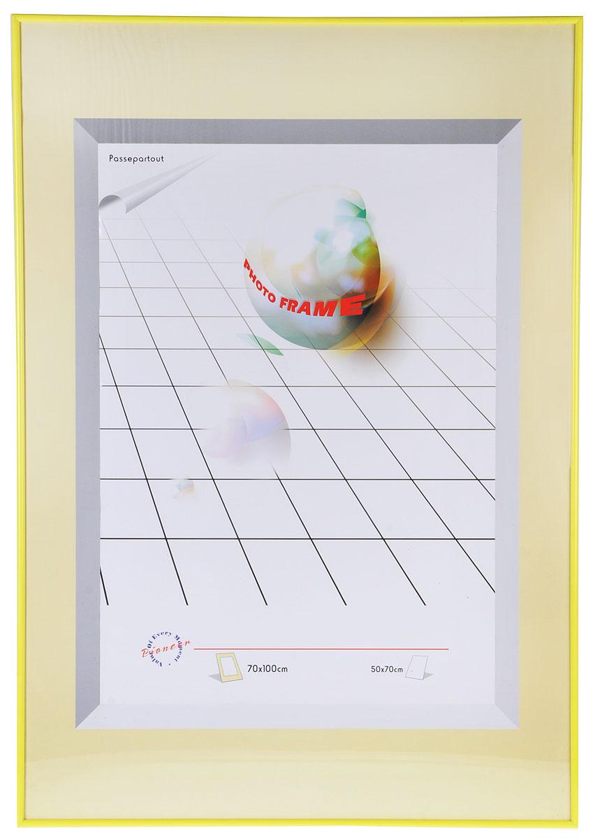 Фоторамка Pioneer Yellow, 70 х 100 см9144 PRФоторамка Pioneer Yellow выполнена в классическом стиле из пластика и стекла, защищающего фотографию. Рамка оснащена двумя петельками для подвешивания на стену в горизонтальном и вертикальном положении.Такая фоторамка поможет вам оригинально и стильно дополнить интерьер помещения, а также позволит сохранить память о дорогих вам людях и интересных событиях вашей жизни.
