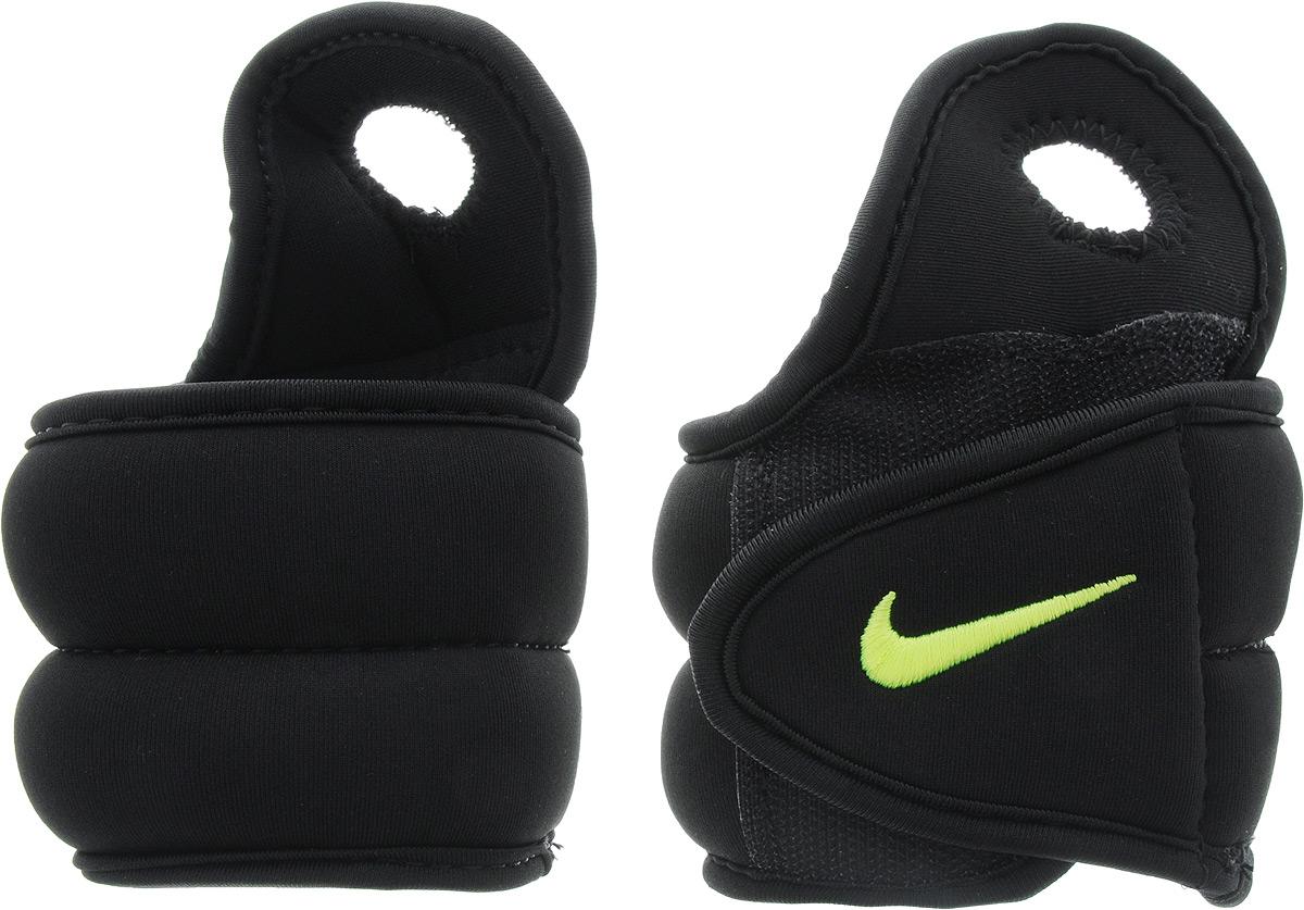 Утяжелители для рук Nike Wrist Weights, цвет: черный, желтый, 0,45 кг, 2 штN.EX.06.007.OSУтяжелители Nike Wrist Weights легко фиксируются при помощи крепежного ремешка на липучке и отверстия для большого пальца. Они изготовлены из полиэстера и наполнены металлической стружкой. Быстросохнущая подкладка Dri-Fit быстро впитывает влагу, что позволяет оставаться коже всегда сухой и не потеть. Идеальны в использовании при занятиях аэробикой, оздоровительной гимнастикой и фитнесом. Мягкий материал надежно облегает, давая вместе с тем ощущение свободы рукам - у вас отпадает необходимость держать гантели или гири для создания усилий во время тренировок. Утяжелители имеют компактный размер и не займут много места при хранении и переноске. Удобный современный дизайн, приятное цветовое оформление и качество самих утяжелителей будут несомненно радовать вас во время тренировок! Вес каждого утяжелителя: 0,45 кг. Длина утяжелителя: 30 см. Ширина утяжелителя (без учета отверстия для пальца): 7 см.Толщина утяжелителя: 10 мм.