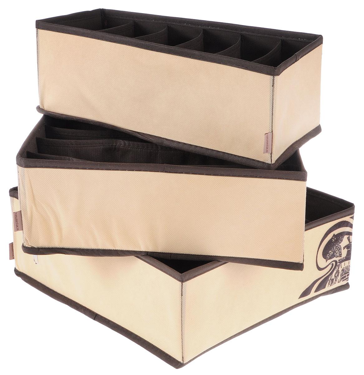Набор состоит из трех органайзеров для хранения косметики и аксессуаров, а также белья. Изделия выполнены из высококачественного нетканого материала (спанбонда), который обеспечивает естественную вентиляцию, позволяя воздуху проникать внутрь, но не пропускает пыль. Вставки из ПВХ хорошо держат форму.  Набор органайзеров для косметики и аксессуаров поможет привести элементы женского туалета или белья в порядок.  Оригинальный дизайн придется по вкусу ценительницам эстетичного хранения.  Размер органайзеров: 32 см х 32 см х 11 см; 32 см х 32 см х 11 см, 32 см х 16 см х 11 см.