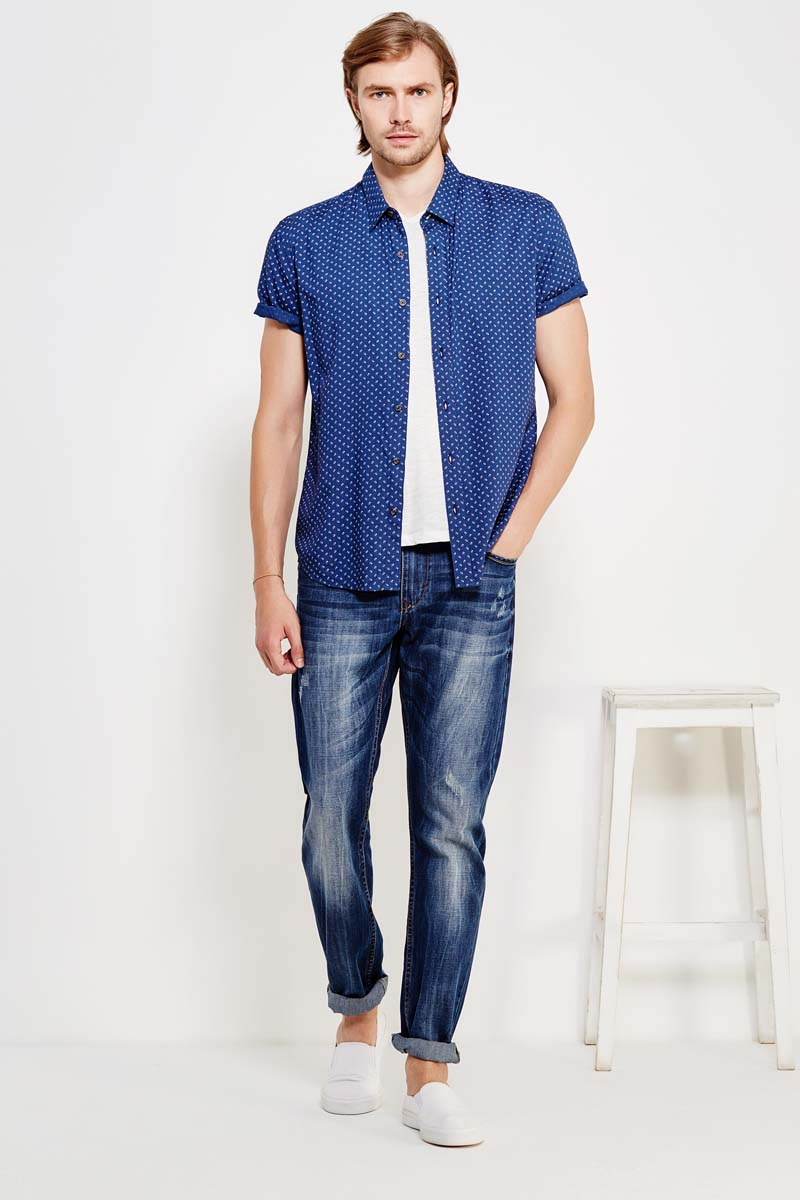 Рубашка мужская Finn Flare, цвет: темно-синий. S17-42013_101. Размер M (48)S17-42013_101Рубашка с короткими рукавами – must-have в летнем гардеробе любого мужчины. Это невероятно удобный и в то же время стильный элемент образа, ведь помимо приталенного кроя и удобного для комбинирования цвета, вы можете наслаждаться комфортом благодаря качественному составу ткани. Такую модель можно сочетать в джинсами, летними брюками и даже шортами.