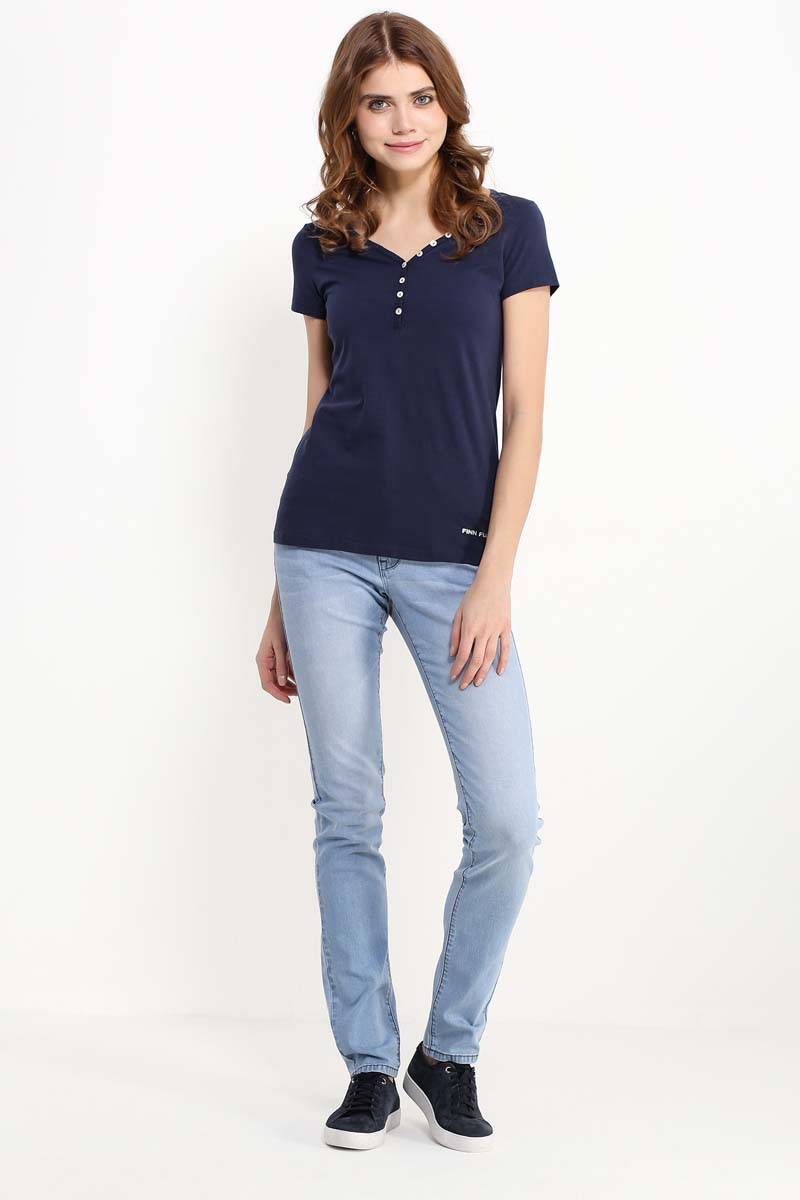 Джинсы женские Finn Flare, цвет: светло-синий. S17-15015_126. Размер 28-32 (44)S17-15015_126Джинсы в любом гардеробе будут нелишними, особенно, летом, когда в жару хочется ходить в комфортной одежде. Предлагаем вам такую модель прямого кроя и светло-синего оттенка. Брюки застёгиваются на молнию и пуговицу, имеются боковые прорезные карманы, сзади – накладные. Такую модель можно использовать для создания повседневных, спортивных и даже нарядных образов – главное, подобрать соответствующие аксессуары и туфли.