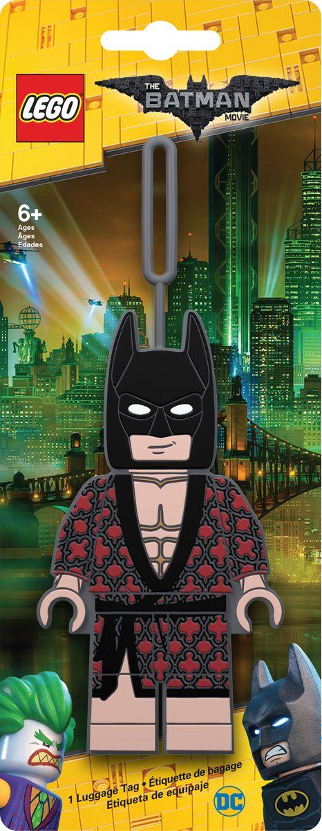 Бирка для багажа LEGO Batman Movie Kimono Batman. 5172851728Бирка для багажа LEGO Batman Movie Kimono Batman - силиконовая бирка надежно крепится к багажу с помощью петли. Яркий и неповторимый дизайн сразу же привлечет внимание, и вы легко отыщите свой чемодан на транспортной ленте. Запишите свои контактные данные на обратной стороне бирки и можете не бояться, что ваш чемодан потеряется, ведь теперь работники аэропорта точно будут знать его хозяина.
