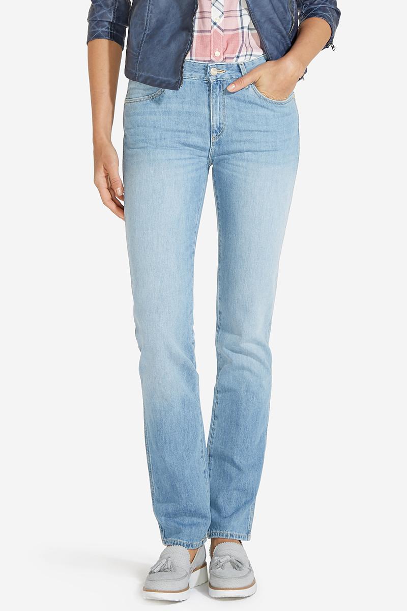 Джинсы женские Wrangler Straight, цвет: голубой. W28TLK85X. Размер 26-32 (42-32)W28TLK85XСтильные женские джинсы Wrangler Straight станут отличным дополнением к вашему гардеробу. Джинсы прямого кроя выполнены из эластичного натурального хлопка. Изделие мягкое и приятное на ощупь, не сковывает движения и позволяет коже дышать. Модель на поясе застегивается на пуговицу и ширинку на застежке-молнии, а также предусмотрены шлевки для ремня. Спереди расположены два втачных кармана и один секретный кармашек, а сзади - два накладных кармана. Изделиеукрашено нашивкой с названием бренда и выцветанием денима.