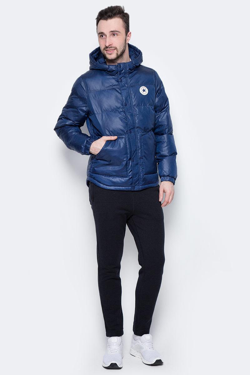 Куртка мужская Converse Core Short Hooded Puffer, цвет: синий. 10002137414. Размер S (46)10002137414Мужская куртка Converse выполнена из 100% полиэстера, в качестве утеплителя и подкладке также используется полиэстер. Модель с несъемным капюшоном застегивается на молнию и дополнительно ветрозащитной планкой на кнопках. Спереди куртка оснащена двумя накладными карманами, с внутренней стороны одним прорезным карманом. Низ изделия дополнен кулиской.