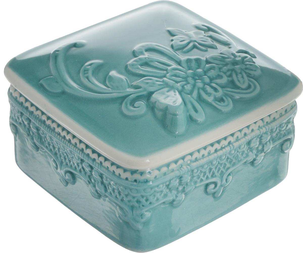 Шкатулка Azur, 9,5 х 9,5 х 6 см216683Шкатулка Azur, изготовленная из керамики, станет оригинальным и стильным подарком. Шкатулка оснащена крышкой. Изделие оформлено гжельской росписью и предназначено для хранения ювелирных изделий в первозданном виде.С такой шкатулкой вы сможете внести в интерьер частичку элегантности.