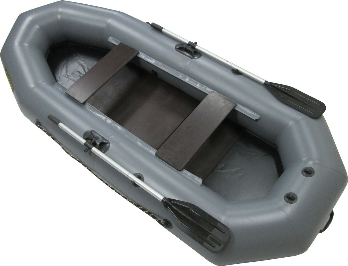 Лодка надувная Leader Компакт-280 гребная, крепление под транец, цвет: зеленый62158Гребная надувная лодка Компакт-280— прекрасная маневренность, большая грузоподъемность, малый вес и габариты упаковки порадуют любителей рыбалки, охоты и отдыха на воде. Деревянный пол (слани) придаст устойчивость и обеспечит безопасность нахождения в лодке.На корме лодки производителем на заводе установлено крепление под навесной транец. Для того, чтобы не зависеть от правил использования конкретного водоема, удобно иметь гребную лодку с навесным транцем Компакт-280, которая позволяет идти как на веслах, так и с мотором.Навесной транец — это несложное крепление под мотор. Скорость, которую может развивать гребная моторная лодка с таким мотором, зависит в том числе от загруженности судна. Высокое давление в баллонах (0,25 bar) дает возможность глиссировать со скоростью 15-20 км в час с мотором 35 лошадиных сил. Жесткое вставное дно, состоящее из 3 частей влагостойкой ламинированной фанеры, толщиной 6,5 мм, с противоскользящим покрытием, позволяет пассажирам устойчиво держаться на ногах Лодка удобно упаковывается в специальную сумку-рюкзак.Лодка Компакт-280 состоит из одного замкнутого баллона, разделенного перегородками на 2 отсека, что позволит лодке остаться на плаву даже при случайном проколе баллона.Корпус лодки Компакт-280 изготавливается из пятислойной ткани ПВХ корейского производства MIRASOL, являющейся одной из лучших на рынке. Используется ткань плотностью 750 г/м.кв. Реальный срок службы лодки из ПВХсоставляет больше 15 лет. За счет материала лодка подходит для эксплуатации в различных условиях — в тихих закрытых водоемах, на волне или порожистых реках, среди коряг и камышей. Лодки из ПВХ не требуют специальной обработки после использования и на период хранения.Швы лодки соединены современным методом горячей сварки. Ткань соединяетсявстык, с проклейкой с двух сторон лентами из основного материала шириной 4 см на специальной машине. Для склейки применяется клей на полиуретан