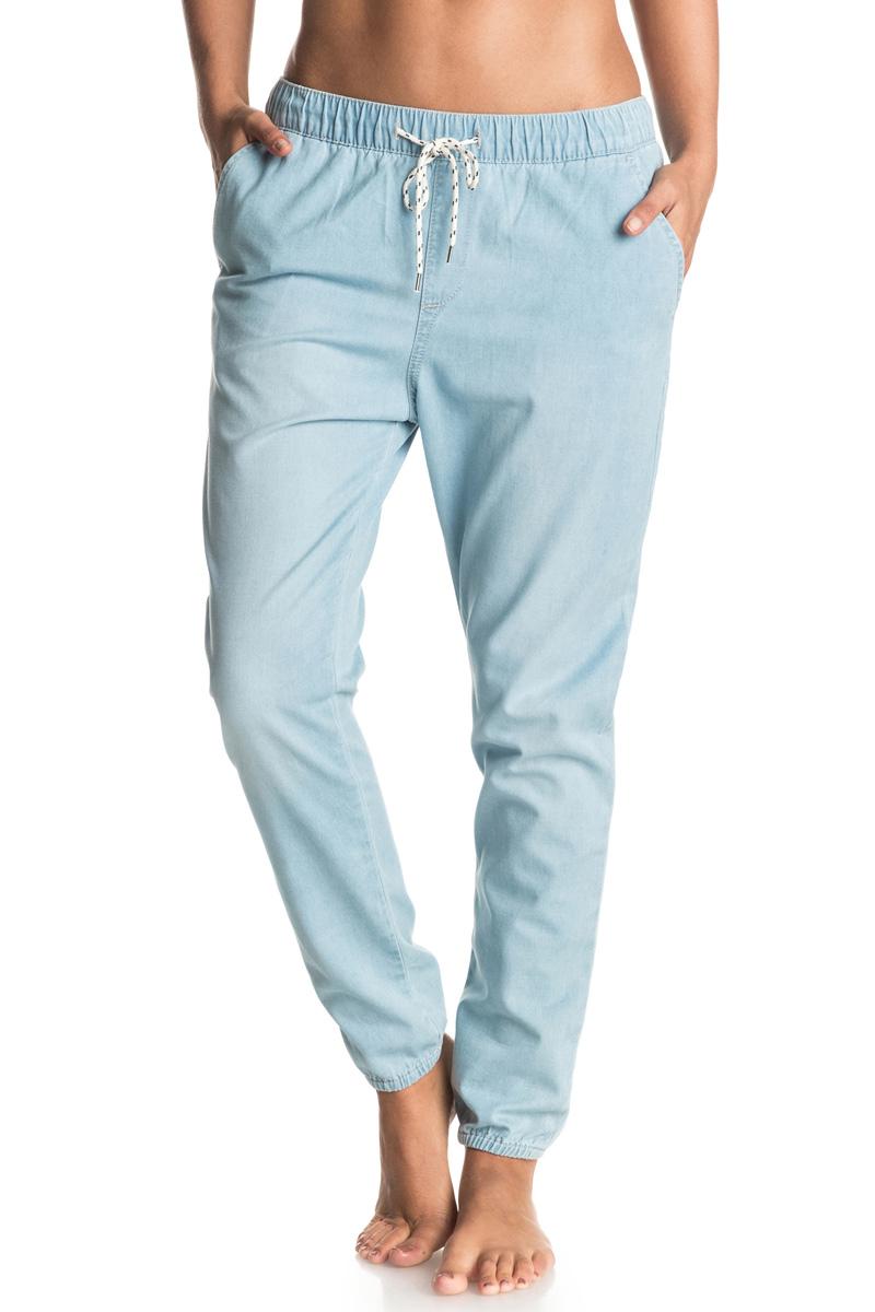 Джинсы женские Roxy Easy Beachy Denim, цвет: голубой. ERJDP03138-BFFW. Размер M (44)ERJDP03138-BFFWСпортивные джинсы Roxy Easy Beachy Denim изготовлены из натурального хлопка. Брюки свободного кроя имеют эластичный пояс, который дополнительно регулируется с помощью затягивающегося шнурка. Спереди расположены два втачных кармана, сзади - два прорезных. Брюки украшены кожаной нашивкой.