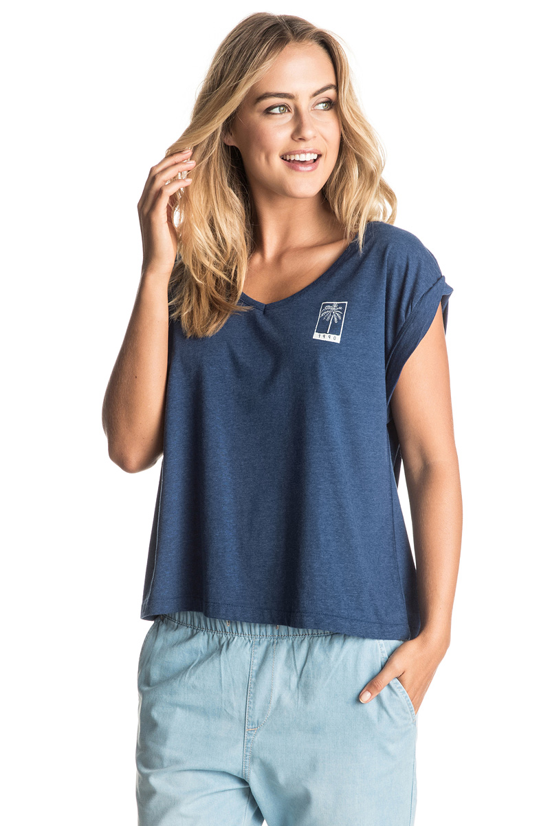 Футболка женская Roxy Guerrero Rxy Brand, цвет: синий. ERJZT03832-BTAH. Размер 38 (XXS)ERJZT03832-BTAHЖенская футболка Roxy Guerrero Rxy Brand выполнена из полиэстера, хлопка и вискозы. Модель с V-образным вырезом горловины и короткими стандартными рукавами оформлена небольшим принтом на груди. Прекрасный вариант на каждый день, а также для занятий спортом.