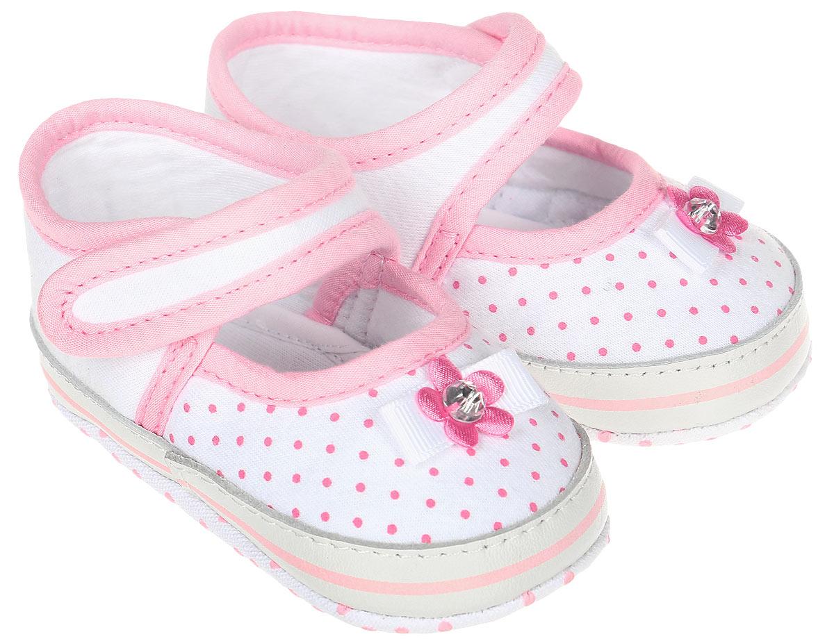 Пинетки для девочки Kapika, цвет: розовый, белый. 10130. Размер 1710130Стильные и модные пинетки для девочки Kapika великолепно дополнят наряд маленькой модницы. В них ваша малышка будет чувствовать себя комфортно и непринужденно. Пинетки выполнены из хлопкового текстиля, оформленного принтом, со вставками из натуральной кожи. Модель застегивается на ремешок с липучкой, который надежно фиксирует пинетки на ножке ребенка и позволяет регулировать их объем. Милые, нежные и удобные детские пинетки станут любимой обувью маленькой принцессы.