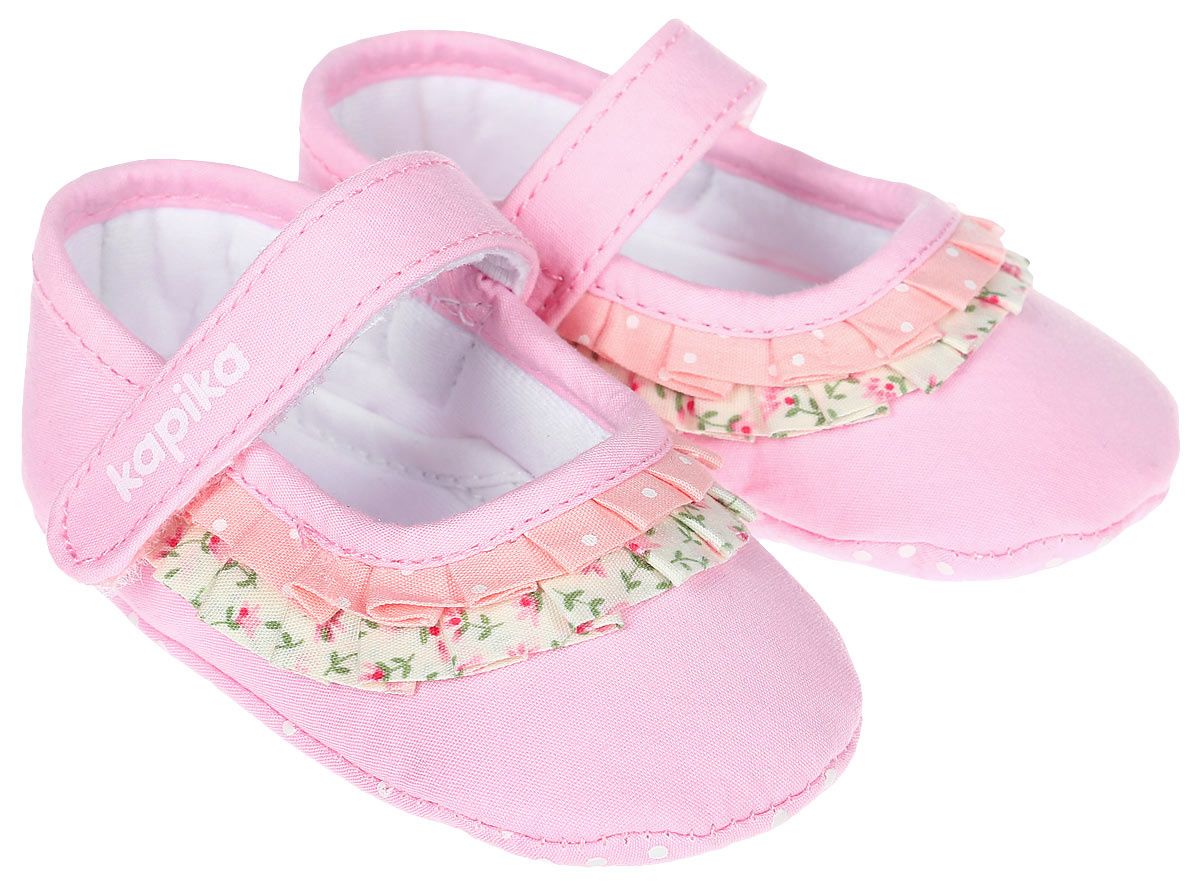Пинетки для девочки Kapika, цвет: розовый. 10121. Размер 1710121Стильные пинетки для девочки Kapika великолепно дополнят наряд маленькой модницы. В них ваша малышка будет чувствовать себя комфортно и непринужденно. Пинетки выполнены из текстиля и декорированы оборками. Модель застегивается на хлястик с липучкой, который надежно фиксирует пинетки на ножке ребенка и позволяет регулировать их объем. Пинетки декорированы оборками с принтом. Милые, нежные и удобные детские пинетки станут любимой обувью маленькой принцессы.