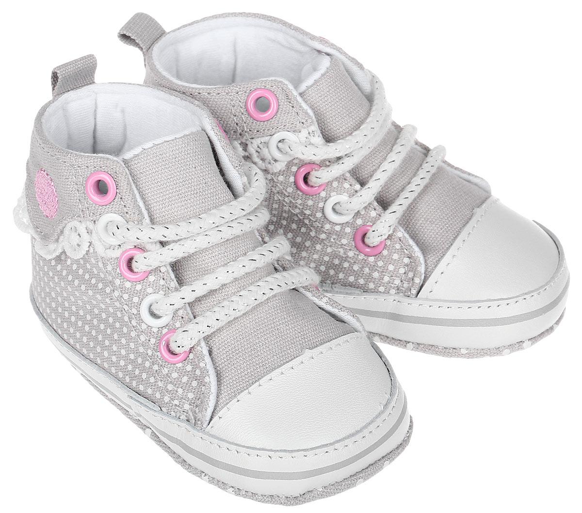 Пинетки для девочки Kapika, цвет: светло-серый, белый, розовый. 10120. Размер 1810120Стильные и модные пинетки для девочки Kapika великолепно дополнят наряд маленькой модницы. В них ваша малышка будет чувствовать себякомфортно и непринужденно. Пинетки выполнены из хлопка, оформленного принтом, с элементами из натуральной кожи. Модель на шнуровке,дополнена застежкой-липучкой, что надежно фиксирует пинетки на ножке ребенка и позволяет регулировать их объем. Пинетки декорированы кружевными оборками. Милые, нежные и удобные детские пинетки станут любимой обувью маленькой принцессы.
