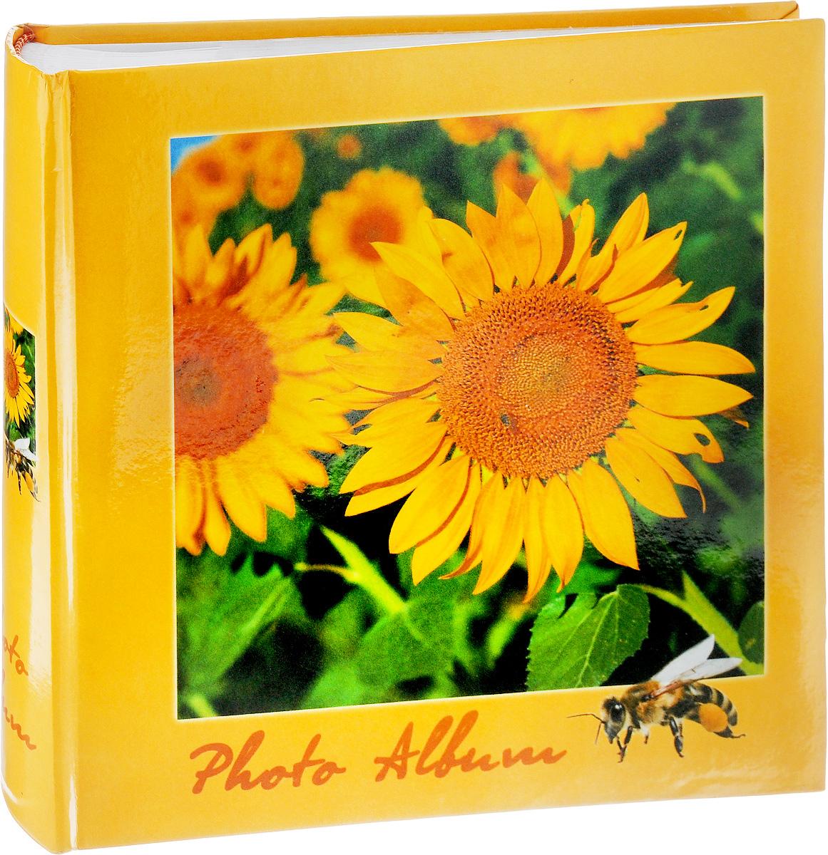 Фотоальбом Pioneer 4 Seasons, 200 фотографий, цвет: желтый, зеленый, 10 x 15 см46197 B46200Фотоальбом Pioneer 4 Seasons позволит вам запечатлеть незабываемые моменты вашей жизни, сохранить свои истории и воспоминания на его страницах. Обложка из толстого картона оформлена оригинальным принтом. Фотоальбом рассчитан на 200 фотографии форматом 10 x 15 см. На каждой странице имеются поля для заполнения и два кармашка для фотографий. Такой необычный фотоальбом позволит легко заполнить страницы вашей истории, и с годами ничего не забудется.Тип обложки: Ламинированный картон.Тип листов: бумажные.Тип переплета: книжный.Кол-во фотографий: 200.Материалы, использованные в изготовлении альбома, обеспечивают высокое качество хранения ваших фотографий, поэтому фотографии не желтеют со временем.