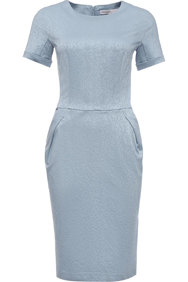 Платье женское Finn Flare, цвет: голубой. CS17-17005_116. Размер S (44)CS17-17005_116Приталенное однотонное платье трендового цвета – настоящий must have в вашем летнем гардеробе. Приталенная модель длиной до колена будет уместна как в офисе, так и для повседневной носки. Платье лишено каких-либо декоративных украшений: выполненное из жаккарда в мелкий фактурный рисунок, оно полностью сосредотачивает внимание окружающих на летнем цвете и продуманном крое.