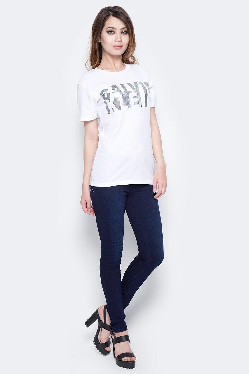 Джинсы женские Calvin Klein Jeans, цвет: темно-синий. J20J204973_9133. Размер 28 (42/44)J20J204973_9133Женские джинсы Calvin Klein Jeans выполнены из качественной смесовой ткани на основе хлопка. Джинсы зауженного кроя и средней посадки застегиваются на пуговицу в поясе и ширинку на застежке-молнии. На поясе предусмотрены шлевки для ремня. Спереди модель дополнена двумя втачными карманами, а сзади - двумя накладными карманами.