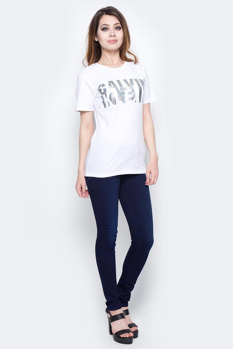 Футболка женская Calvin Klein Jeans, цвет: белый. J20J204867_1120. Размер M (44/46)J20J204867_1120Футболка Calvin Klein Jeans выполнена из натурального хлопка и оформлена принтом с изображением логотипа бренда. Модель с круглым вырезом горловины и короткими рукавами выполнена в свободном покрое.