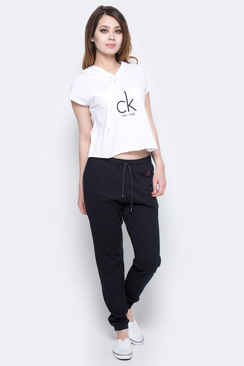 Брюки спортивные женские Calvin Klein Jeans, цвет: черный. KW0KW00132_001. Размер S (42)KW0KW00132_001Женские спортивные брюки Calvin Klein Jeans изготовлены из хлопка. Модель зауженного кроя и средней посадки обеспечивает комфорт во время занятий спортом. Эластичный пояс гарантирует отличную посадку модели. Обхват талии регулируется с помощью затягивающегося шнурка. Спереди модель дополнена двумя втачными карманами.