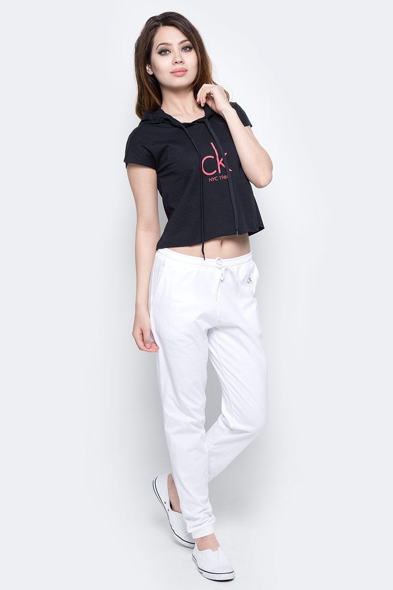 Брюки спортивные женские Calvin Klein Jeans, цвет: белый. KW0KW00132_100. Размер L (48/50)KW0KW00132_100Женские спортивные брюки Calvin Klein Jeans изготовлены из хлопка. Модель зауженного кроя и средней посадки обеспечивает комфорт во время занятий спортом. Эластичный пояс гарантирует отличную посадку модели. Обхват талии регулируется с помощью затягивающегося шнурка. Спереди модель дополнена двумя втачными карманами.