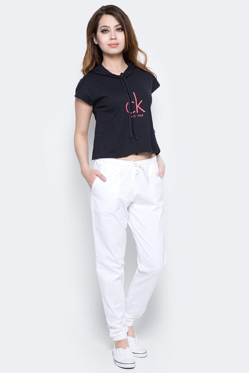 Футболка женская Calvin Klein Jeans, цвет: черный. KW0KW00129_001. Размер S (42/44)KW0KW00129_001Женская футболка Calvin Klein Jeans изготовлена из хлопка и полиэстера. Укороченная модель оформлена логотипом бренда и дополнена капюшоном.