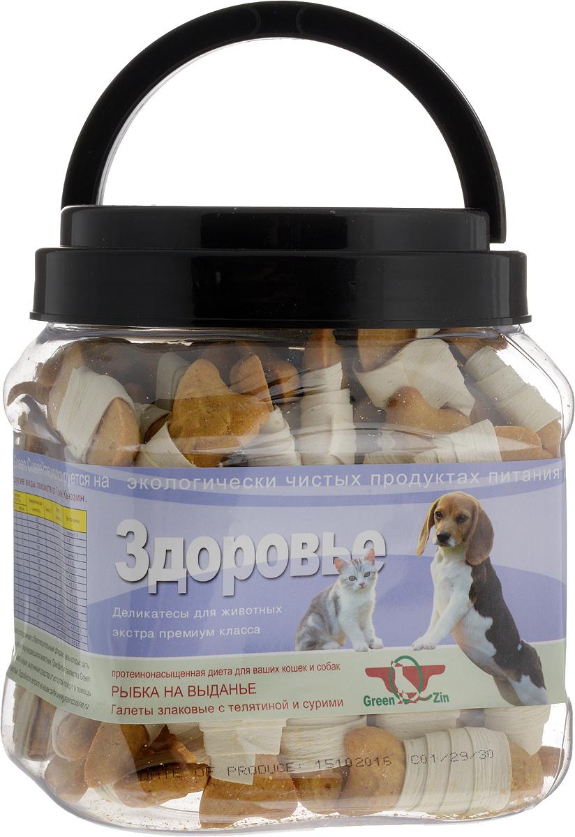 Лакомство для собак GreenQZin Здоровье, галеты с телятиной и сурими, 750 гSuBs750tЛакомство для кошек и собак GreenQZin Здоровье - это галеты, произведенные на основе муки из нешлифованных зерен овса, риса, кукурузы и перетертой сушеной телячьей вырезки. В овсе содержатся витамины (А, В1, В2, Е), жиры, аминокислоты и минеральные вещества, которые повышают защитную функцию организма питомца. Рис - это источник быстрых углеводов для поддержания высокого уровня двигательной активности питомца. Рисовая кожура также имеет большое количество витамина РР, помогающего в деятельности ЦНС. В кукурузе есть витамины (В1, В2, В3, В6), качественный белок и ненасыщенные жирные кислоты для нормальной работы сердечно-сосудистой системы. Добавление тертой телятины в состав муки, а также рыбы сверху для обмотки деликатеса в виде ролла позволяет повысить содержание протеина в лакомстве. Регулярное употребление галет повышает защитную функцию организма вашего питомца, повышает сопротивляемость воздействию негативных факторов и вирусных болезней. Лакомство не содержит консервантов, красителей, гормонов, антибиотиков, ГМО. Не вызывает аллергий. Товар сертифицирован. Тайная жизнь домашних животных: чем занять собаку, пока вы на работе. Статья OZON ГидЧем кормить пожилых собак: советы ветеринара. Статья OZON Гид