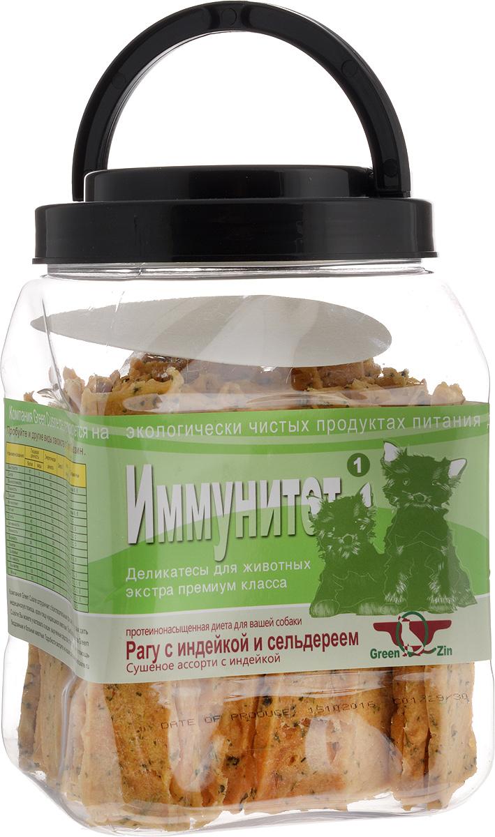 Лакомство для собак GreenQZin Иммунитет, сушеное мясо индейки с сельдереем, 750 г1TrS750tЛакомство для собак GreenQZin Иммунитет - это полезное и вкусное лакомство, которое изготовлено из листьев, стеблей, корня сельдерея и диетического мяса индейки. Корень сельдерея богат веществами, обладающими антивоспалительными свойствами. Стебли сельдерея содержат мочегонную субстанцию, помогающую удалить кристаллы мочевой кислоты, которые образуются вокруг суставов. Имеющиеся в сельдерее фталиды и полиацетилены способны обезвреживать канцерогены, а кумарины благотворно действуют на кровь. Витамин С, которым богат данный овощ, укрепляет иммунную систему и поддерживает здоровье сердечно-сосудистой системы. Наличие в большом количестве минералов натрия и калия помогает регулировать баланс жидкости в организме. Благодаря высокому содержанию кальция сельдерей действует как успокаивающее средство, нормализует сон и снижает уровень агрессии. А главное то, что сельдерей действует как антиоксидант и замедляет процесс старения организма вашего любимого мохнатого друга. Введение лакомства Иммунитет в дневной рацион позволит собаке поддерживать остроту ума, легче и эффективнее проходить процесс дрессировки, снизит утомляемость к восприятию свежей информации. Количество повторов для освоения новых команд снизится в разы. Лакомство не содержит консервантов, красителей, гормонов, антибиотиков и ГМО. Не вызывает аллергий. Товар сертифицирован. Тайная жизнь домашних животных: чем занять собаку, пока вы на работе. Статья OZON ГидЧем кормить пожилых собак: советы ветеринара. Статья OZON Гид