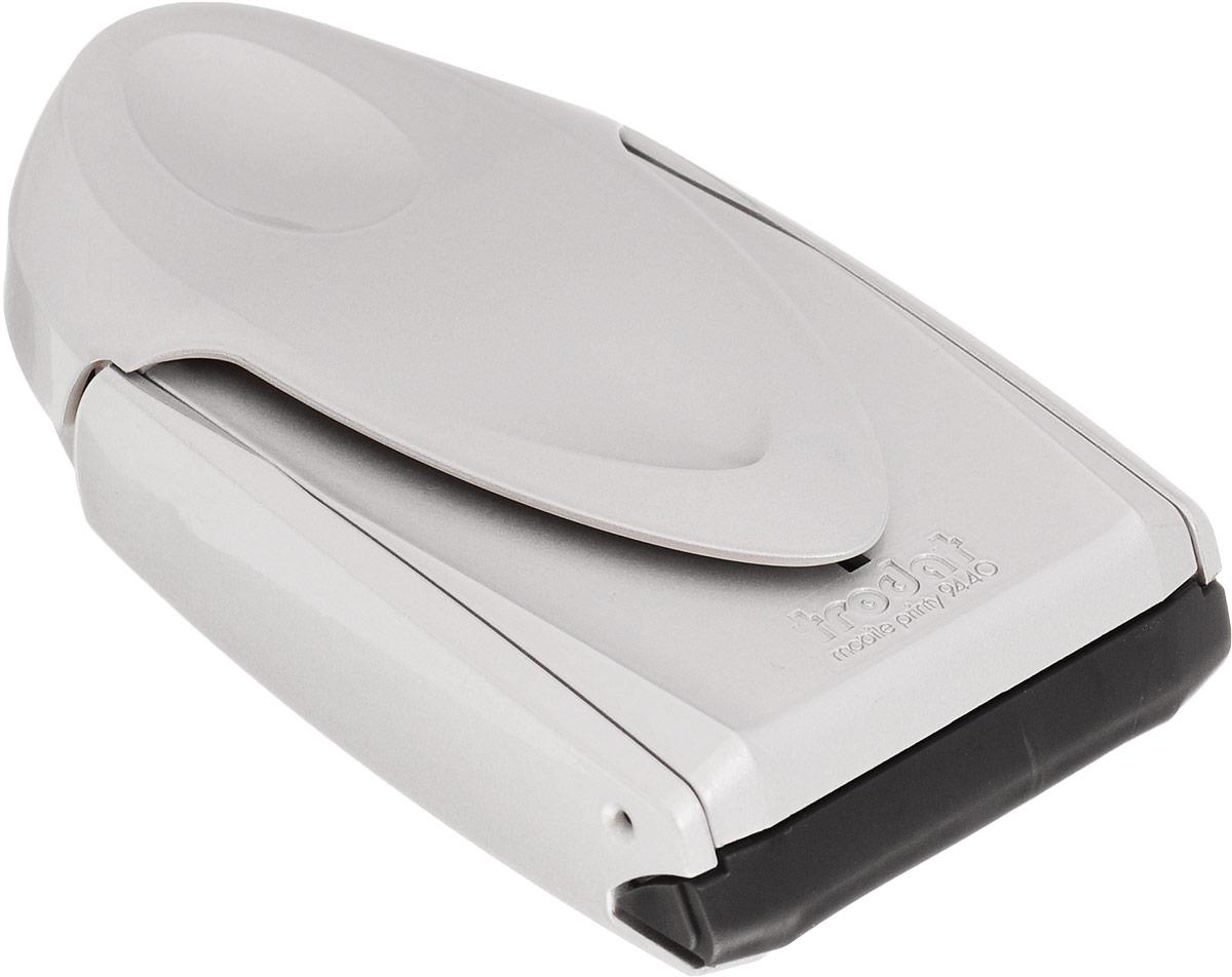 Trodat Карманная оснастка для круглой печати и штампа Mobile Printy 40 мм9440_сереброКарманная оснастка Trodat Mobile Printy со своеобразным управлением одной рукой - это самая простая,устойчивая и чистая карманная оснастка из когда-либо существовавших. Ее современный дизайн подчеркиваетинновационную функциональность и делает практичным и привлекательным аксессуаром в дороге.Интеллектуальная технология позволяет выполнять операции открытия, проставления оттиска и закрытия однойрукой. Уникальная форма пирамиды с устойчивой опорой в 5 точках обеспечивает оптимальное распределениедавления по всей текстовой пластине и гарантирует ровные и четкие оттиски. Расположенная внутри подушечкаисключает контакт пальцев с краской, обеспечивая их чистоту.
