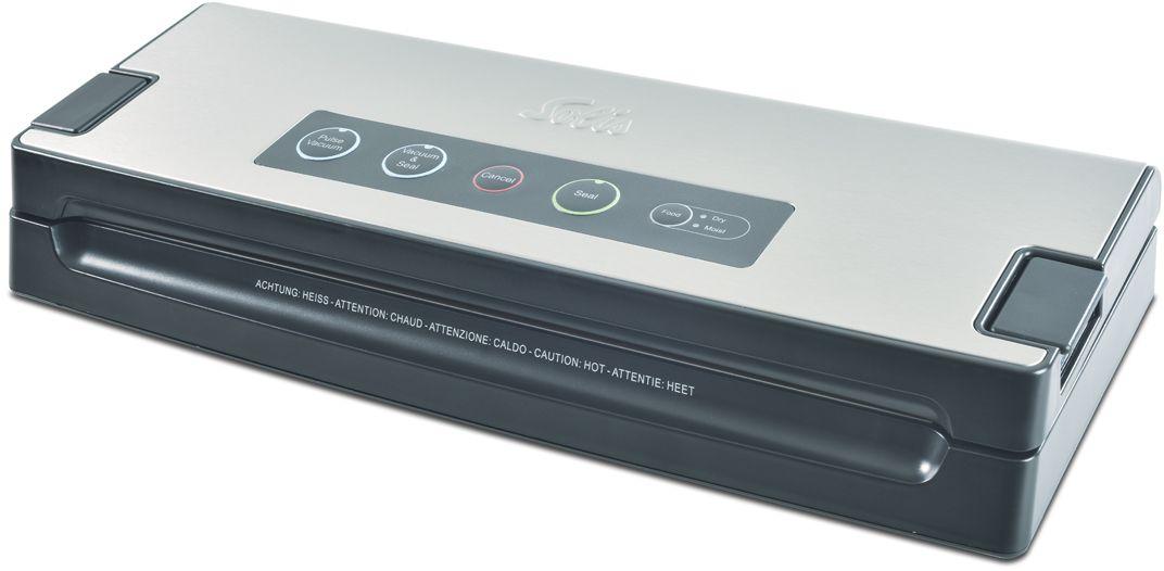 Solis Vac Premium вакуумный упаковщикVac PremiumВакуумный упаковщик Solis Vac Premium поможет вам сохранить продукты свежими надолго! Продукты портятся из-за кислорода, ведь они при этом окисляются. Прибор позволяет ограничить процесс окисления и остановить развитие микробов. Продукты, хранящиеся в вакуумной упаковке, остаются вкусными и свежими гораздо дольше. Данная модель оснащена панелью управления с сенсорными кнопками и имеет крышку с вставкой из матовой нержавеющей стали, благодаря чему не остаются отпечатки пальцев.Вакуумный упаковщик снабжен 2 режимами работы - для влажных и сухих продуктов Dry/Moist, а также импульсный режим для нежных продуктов. Кроме того, вакуумный упаковщик Solis Vac Premium работает не только с пакетами, но и с ёмкостями разного объема и формы. Эта модель имеет мощный всасывающий насос (до -0,8 бар) и съемный поддон для сбора жидкости. Скорость откачивания составляет около 9 литров в минуту. Для устройства подходят либо плёнка, либо рулоны шириной до 30 см. Прибор имеет функцию автоматического или ручного сваривания шва. При этом толщина сварного шва составляет 2,5 мм. Вакуумный упаковщик Solis Vac Premium, комплектующийся шлангом для контейнеров, имеет защиту от перегрева и специальные нескользящие ножки.