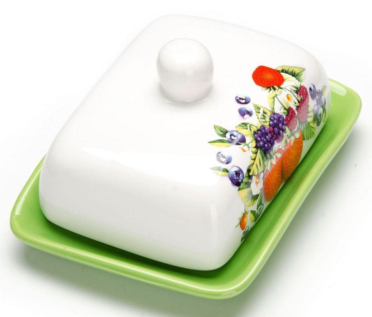 Масленка Loraine Ягоды. 2627326273Масленка Loraine, выполненная из качественной доломитовой керамики и декорированная ярким рисунком, станет украшением интерьера вашей кухни. Масленка надежно закрывается керамической крышкой и прекрасно подойдет для хранения и сервировки масла, сыра, творога.Масленка рассчитана примерно на 200 грамм масла.Пригодна для использования в холодильнике, морозильнике, микроволновой печи.Подходит для мытья в посудомоечной машине. Размер блюда: 17 х 12,5 х 2,3 см.Размер крышки: 14 х 10 х 7,5 см.Общий размер масленки: 17 х 18,5 х 8,5 см.