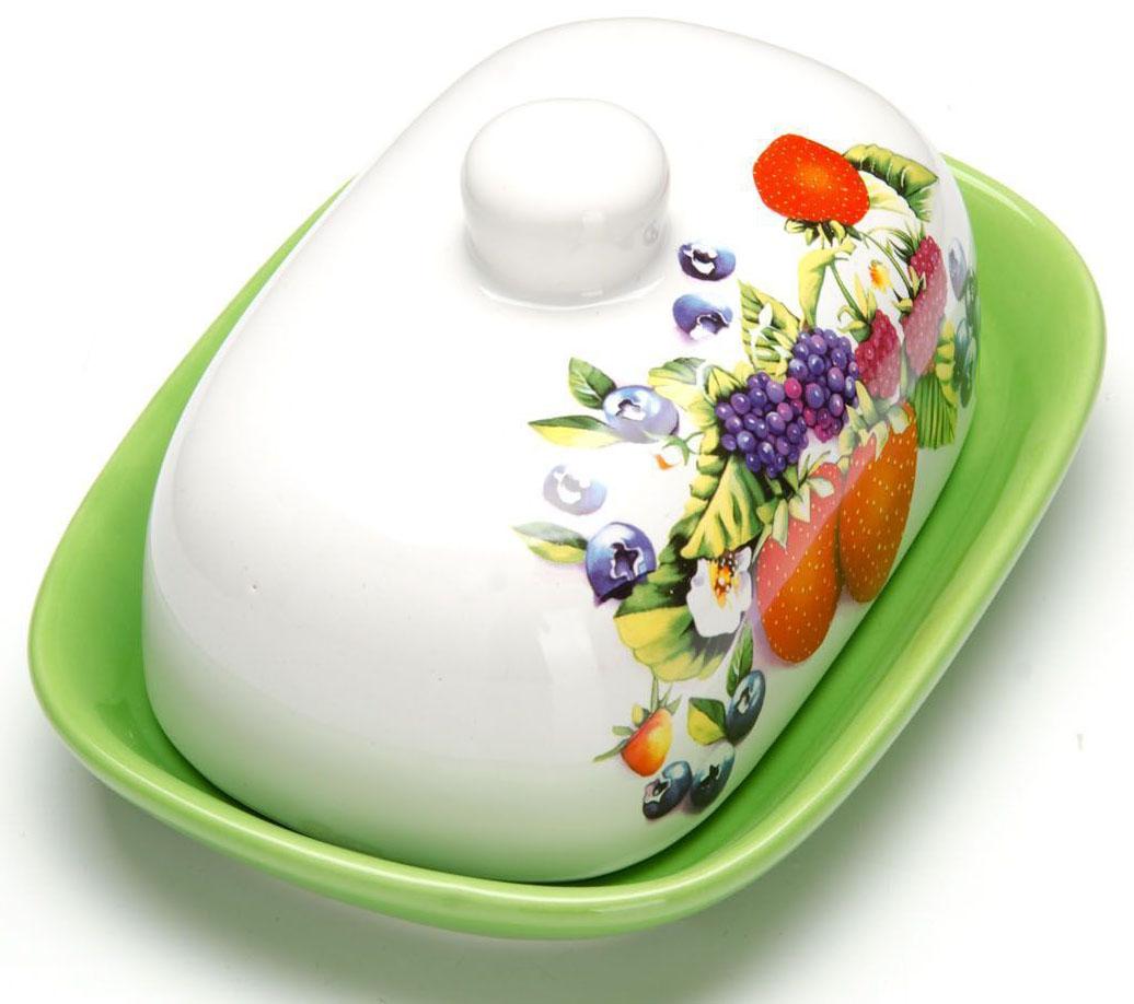 Масленка Loraine Ягоды. 2627426274Масленка Loraine, выполненная из качественной доломитовой керамики и декорированная ярким рисунком, станет украшением интерьера вашей кухни. Масленка надежно закрывается керамической крышкой и прекрасно подойдет для хранения и сервировки масла, сыра, творога.Масленка рассчитана примерно на 200 грамм масла.Пригодна для использования в холодильнике, морозильнике, микроволновой печи.Подходит для мытья в посудомоечной машине.Размер блюда: 17 х 12 х 2 см.Размер крышки: 14 х 10 х 7,5 см.Общий размер масленки: 17 х 12 х 8,5 см.