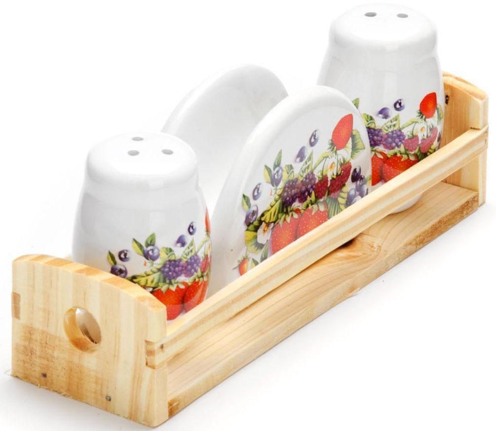Набор для специй Loraine Ягоды, 4 предмета26283Набор для специй Loraine состоит из солонки, перечницы, салфетницы и деревянной подставки. Предметы набора выполнены из доломита высокого качества и оформлены ярким рисунком. Отверстия, в которые засыпаются специи, закрыты силиконовыми пробками. Благодаря своим небольшим размерам набор не займет много места на вашей кухне. Дизайн, эстетичность и функциональность набора Loraine позволят ему стать достойным дополнением к кухонному инвентарю.Можно мыть в посудомоечной машине и использовать в микроволновой печи.Размер солонки/перечницы: 4,3 х 4,3 х 6,5 см. Размер салфетницы: 9,5х 4,3 х 7 см. Размер подставки: 21,5 х 6,2 х 5 см.
