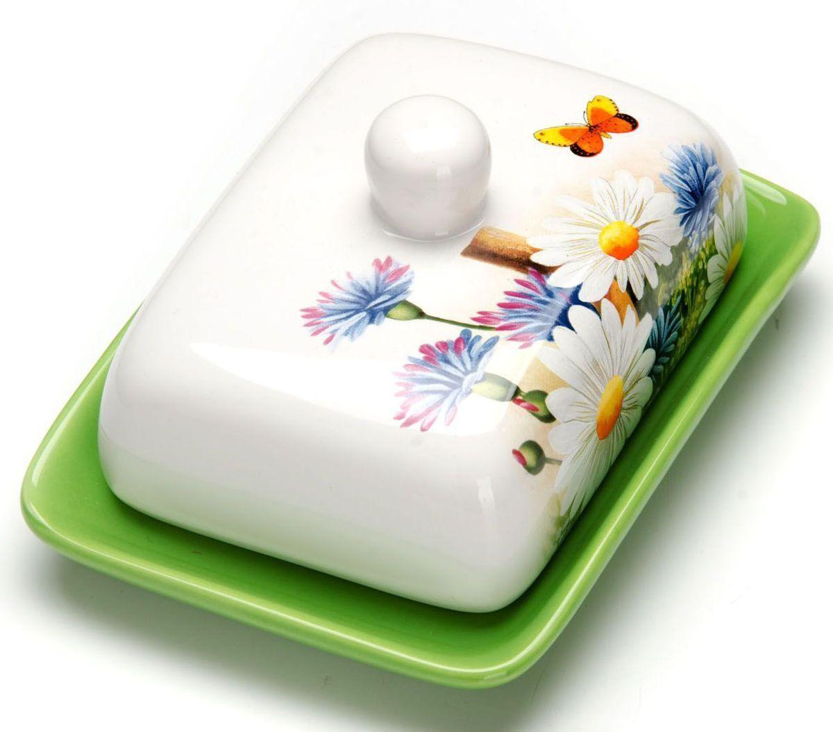 Масленка Loraine Лето. 2629026290Масленка Loraine, выполненная из качественной доломитовой керамики и декорированная ярким рисунком, станет украшением интерьера вашей кухни. Масленка надежно закрывается керамической крышкой и прекрасно подойдет для хранения и сервировки масла, сыра, творога.Масленка рассчитана примерно на 200 грамм масла.Пригодна для использования в холодильнике, морозильнике, микроволновой печи.Подходит для мытья в посудомоечной машине. Размер блюда: 17 х 12,5 х 2,3 см.Размер крышки: 14 х 10 х 7,5 см.Общий размер масленки: 17 х 18,5 х 8,5 см.