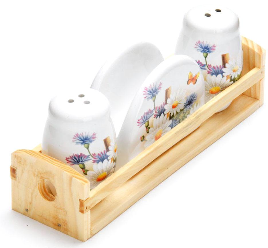 Набор для специй Loraine Лето, 4 предмета26300Набор для специй Loraine состоит из солонки, перечницы, салфетницы и деревянной подставки. Предметы набора выполнены из доломита высокого качества и оформлены ярким рисунком. Отверстия, в которые засыпаются специи, закрыты силиконовыми пробками. Благодаря своим небольшим размерам набор не займет много места на вашей кухне. Дизайн, эстетичность и функциональность набора Loraine позволят ему стать достойным дополнением к кухонному инвентарю.Можно мыть в посудомоечной машине и использовать в микроволновой печи.Размер солонки/перечницы: 4,3 х 4,3 х 6,5 см. Размер салфетницы: 9,5х 4,3 х 7 см. Размер подставки: 21,5 х 6,2 х 5 см.