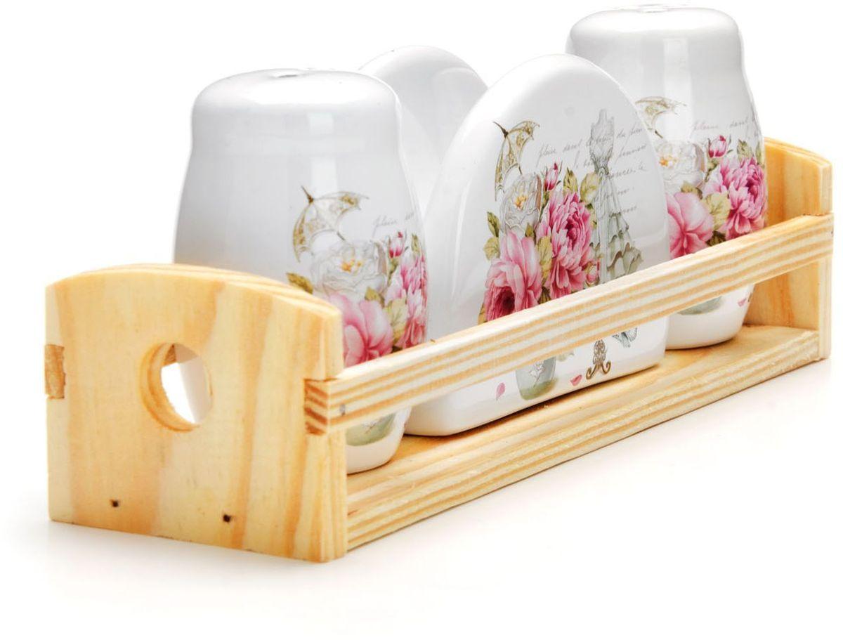 Набор для специй Loraine Пионы, 4 предмета26334Набор для специй Loraine состоит из солонки, перечницы, салфетницы и деревянной подставки. Предметы набора выполнены из доломита высокого качества и оформлены ярким рисунком. Отверстия, в которые засыпаются специи, закрыты силиконовыми пробками. Благодаря своим небольшим размерам набор не займет много места на вашей кухне. Дизайн, эстетичность и функциональность набора Loraine позволят ему стать достойным дополнением к кухонному инвентарю.Можно мыть в посудомоечной машине и использовать в микроволновой печи.Размер солонки/перечницы: 4,3 х 4,3 х 6,5 см. Размер салфетницы: 9,5х 4,3 х 7 см. Размер подставки: 21,5 х 6,2 х 5 см.