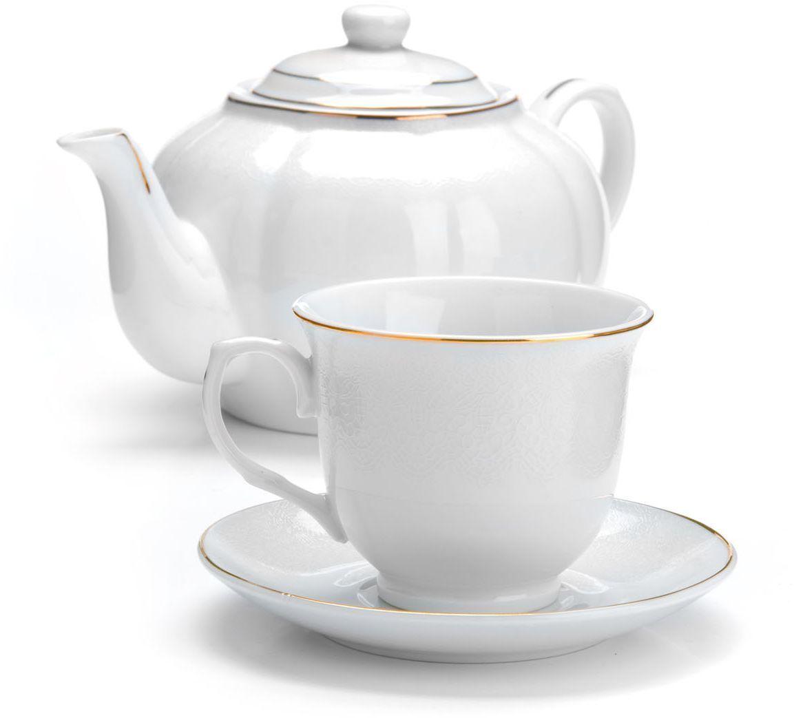 Чайный сервиз Loraine, 13 предметов. 2641926419Чайный набор Loraine на 6 персон, изготовленный из высококачественной керамики изысканного белого цвета, состоит из 6 чашек, 6 блюдец и заварочного чайника. Изделия набора украшены тонкой золотой каймой и имеют красивый и нежный дизайн. Набор придется по вкусу и ценителям классики, и тем, кто предпочитает утонченность и изысканность. Он настроит на позитивный лад и подарит хорошее настроение с самого утра. Набор упакован в подарочную упаковку.Такой чайный набор станет прекрасным украшением стола, а процесс чаепития превратится в одно удовольствие! Это замечательный выбор для подарка родным и друзьям! Объем чайника: 1 л. Объем чашки: 220 мл.