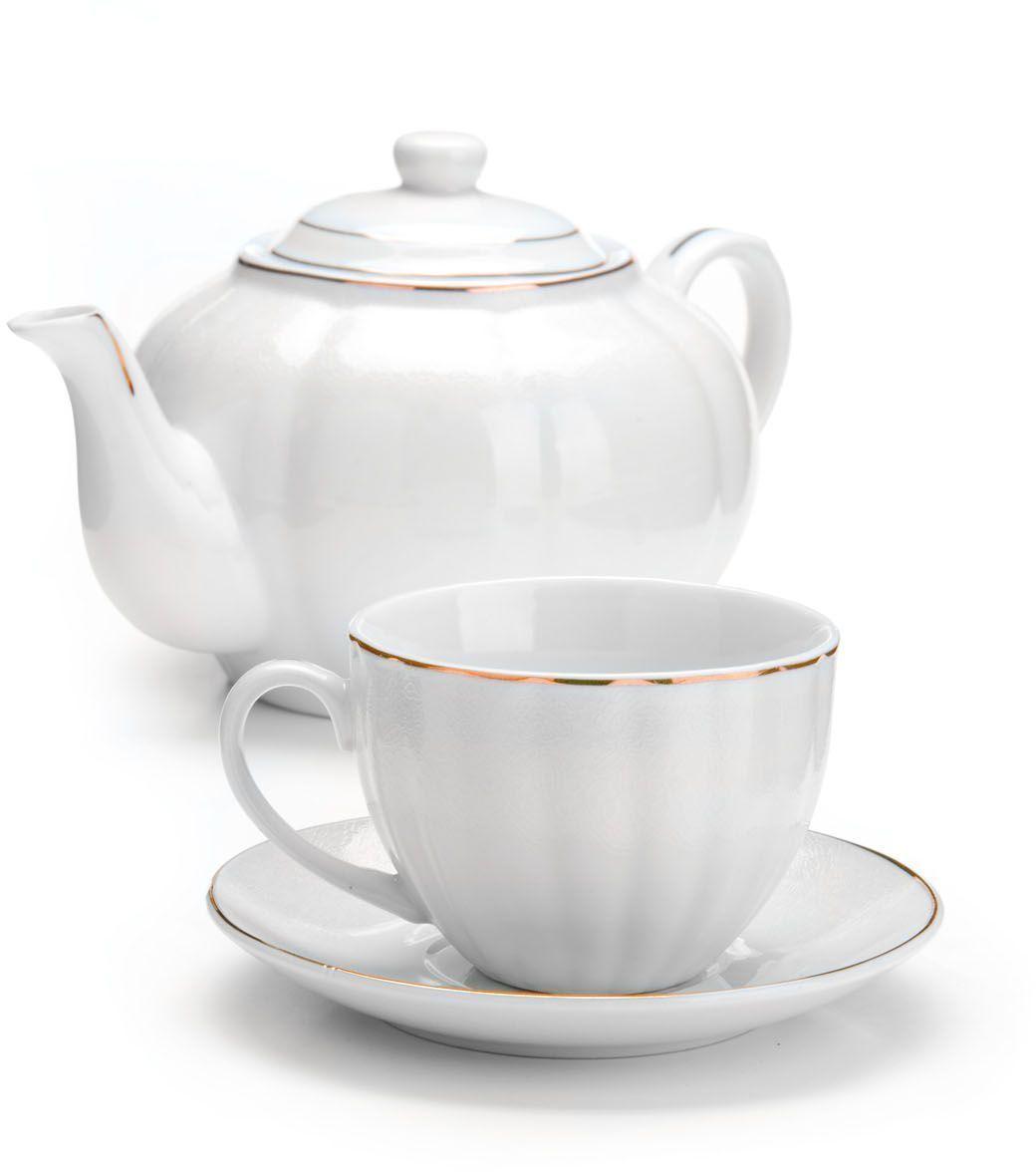 Чайный сервиз Loraine, 13 предметов. 2642126421Чайный набор Loraine на 6 персон, изготовленный из высококачественной керамики изысканного белого цвета, состоит из 6 чашек, 6 блюдец и заварочного чайника. Изделия набора украшены тонкой золотой каймой и имеют красивый и нежный дизайн. Набор придется по вкусу и ценителям классики, и тем, кто предпочитает утонченность и изысканность. Он настроит на позитивный лад и подарит хорошее настроение с самого утра. Набор упакован в подарочную упаковку.Такой чайный набор станет прекрасным украшением стола, а процесс чаепития превратится в одно удовольствие! Это замечательный выбор для подарка родным и друзьям! Объем чайника: 1 л. Объем чашки: 220 мл.