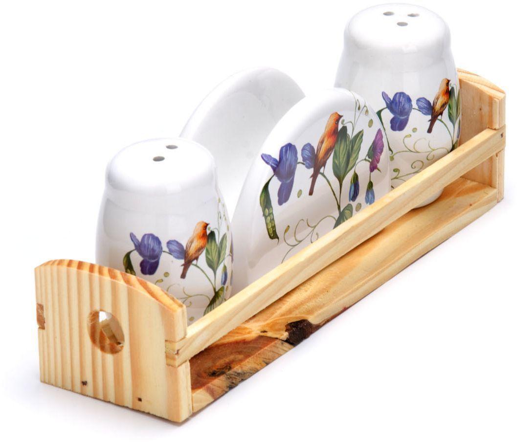 Набор для специй Loraine Птичка, 4 предмета26611Набор для специй Loraine состоит из солонки, перечницы, салфетницы и деревянной подставки. Предметы набора выполнены из доломита высокого качества и оформлены ярким рисунком. Отверстия, в которые засыпаются специи, закрыты силиконовыми пробками. Благодаря своим небольшим размерам набор не займет много места на вашей кухне. Дизайн, эстетичность и функциональность набора Loraine позволят ему стать достойным дополнением к кухонному инвентарю.Можно мыть в посудомоечной машине и использовать в микроволновой печи.Размер солонки/перечницы: 4,3 х 4,3 х 6,5 см. Размер салфетницы: 9,5х 4,3 х 7 см. Размер подставки: 21,5 х 6,2 х 5 см.