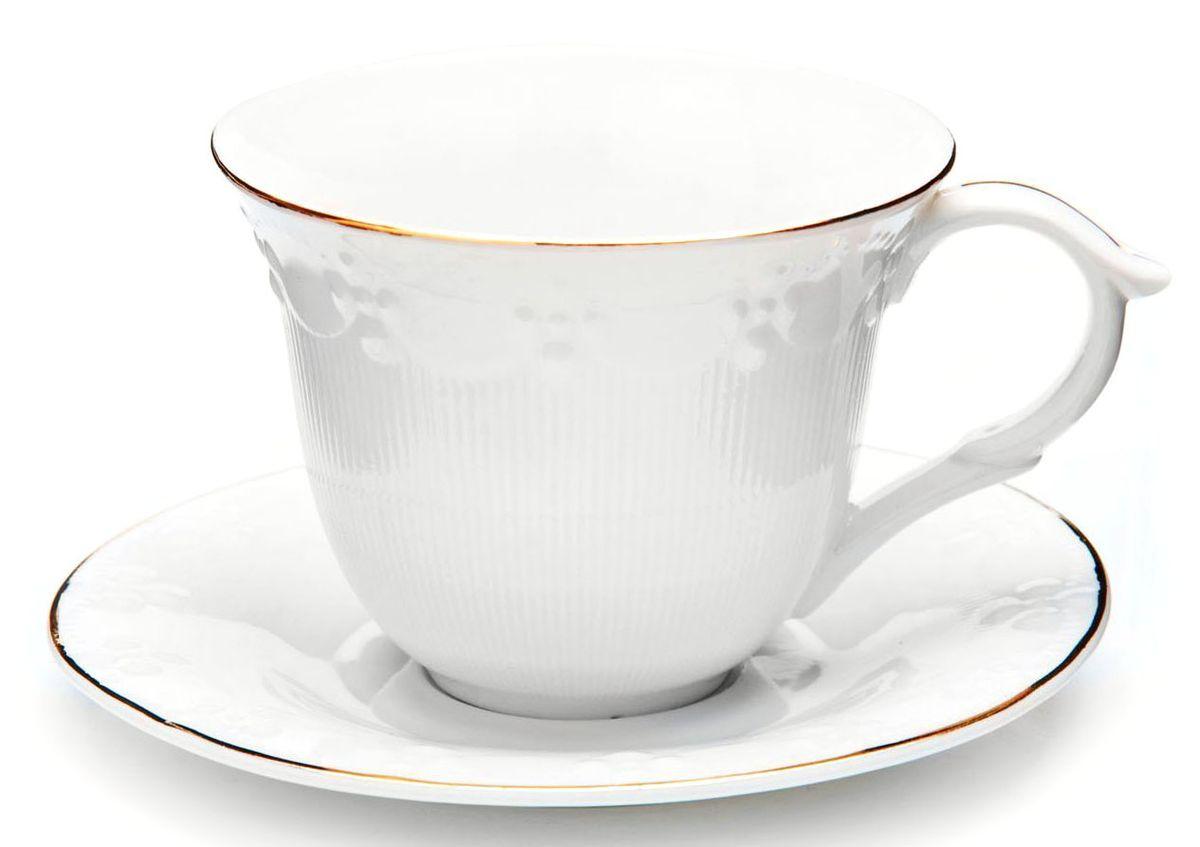 """Чайный набор """"Loraine"""" на 6 персон, изготовленный из высококачественной керамики изысканного белого цвета, состоит из 6 чашек и 6 блюдец. Изделия набора украшены тонкой золотой каймой и имеют красивый и нежный дизайн.  Набор придется по вкусу и ценителям классики, и тем, кто предпочитает утонченность и изысканность. Он настроит на позитивный лад и подарит хорошее настроение с самого утра.  Набор упакован в подарочную упаковку. Такой чайный набор станет прекрасным украшением стола, а процесс чаепития превратится в одно удовольствие! Это замечательный выбор для подарка родным и друзьям!  Объем чашки: 200 мл."""