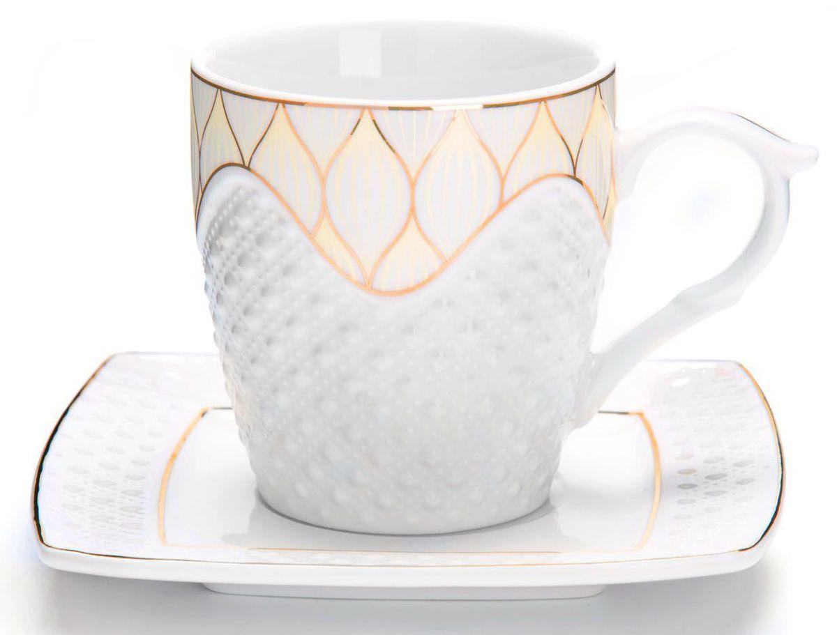 Чайный сервиз Loraine, 12 предметов, 200 мл. 2683226832Чайный набор Loraine на 6 персон, изготовленный из высококачественной керамики изысканного белого цвета, состоит из 6 чашек и 6 блюдец. Изделия набора украшены тонкой золотой каймой и имеют красивый и нежный дизайн.Набор придется по вкусу и ценителям классики, и тем, кто предпочитает утонченность и изысканность. Он настроит на позитивный лад и подарит хорошее настроение с самого утра.Набор упакован в подарочную упаковку. Такой чайный набор станет прекрасным украшением стола, а процесс чаепития превратится в одно удовольствие! Это замечательный выбор для подарка родным и друзьям!Объем чашки: 200 мл.