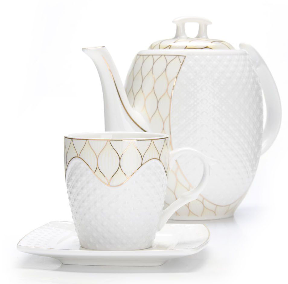 """Чайный набор """"Loraine"""" на 6 персон, изготовленный из высококачественной керамики изысканного белого цвета, состоит из 6 чашек, 6 блюдец и заварочного чайника. Изделия набора украшены тонкой золотой каймой и имеют красивый и нежный дизайн.   Набор придется по вкусу и ценителям классики, и тем, кто предпочитает утонченность и изысканность. Он настроит на позитивный лад и подарит хорошее настроение с самого утра.   Набор упакован в подарочную упаковку.  Такой чайный набор станет прекрасным украшением стола, а процесс чаепития превратится в одно удовольствие! Это замечательный выбор для подарка родным и друзьям! Объем чайника: 1,3 л. Объем чашки: 220 мл."""