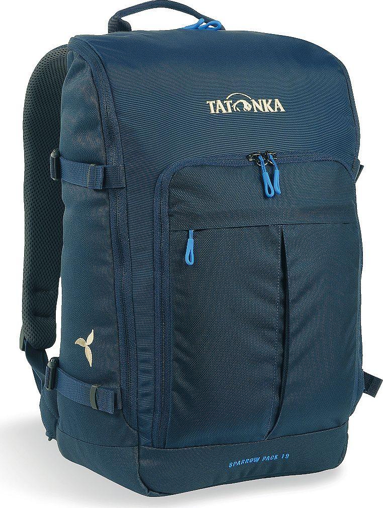 Рюкзак женский Tatonka Sparrow Pack, для учебы и работы, цвет: темно-синий, 19 л1629.004Tatonka Sparrow Pack- это компактный женский рюкзак для учебы или работы. Основное отделение открываются полностью благодаря молнии, идущей по всему периметру рюкзака: собирать рюкзак очень легко, кроме того, легко достать любые вещи. Это удобно, например, в аэропорту на регистрации. Для ноутбука предусмотрен специальный карман. В передней части рюкзака находится отделение с органайзером. Благодаря лямкам анатомической формы и нагрудному ремню, носить рюкзак комфортно и легко.Преимущества и особенности: - Спинка Vent Comfort;- Лямки анатомической формы;- Регулируемый нагрудный ремень;- Компрессионные стропы;- Ручка для переноски;- Дополнительные карманы в основном отделении;- Основное отделение открывается полностью;- Уплотненное дно;- Передний карман с органайзером;- Крючок для ключей;- Отделение для ноутбука 15,4 дюйма.Размер: 43 x 26 x 15 см.
