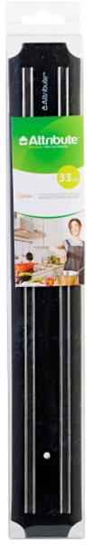 """Магнитный держатель """"Attribute Knife"""" выполнен из пластика, нержавеющей стали и магнита. Изделие предназначено для размещения стальных  ножей, кухонной утвари, отверток, деталей, ключей и других металлических аксессуаров. Он пригодится дома, на работе и в мастерской.  Держатель крепится к стене при помощи двух шурупов с дюбелями (входят в комплект). С помощью держателя можно сэкономить пространство  рабочей зоны на кухне, привести в порядок инструменты и детали. Магнитный держатель отличается долговечностью, гигиеничностью и  стойкостью к механическим повреждениям. Строгий классический дизайн изделия прекрасно подойдет к любой кухне. Использование этого  приспособления предохранит кухонные ножи от царапин при контакте друг с другом, а значит, позволит дольше сохранить острую заточку ножей."""
