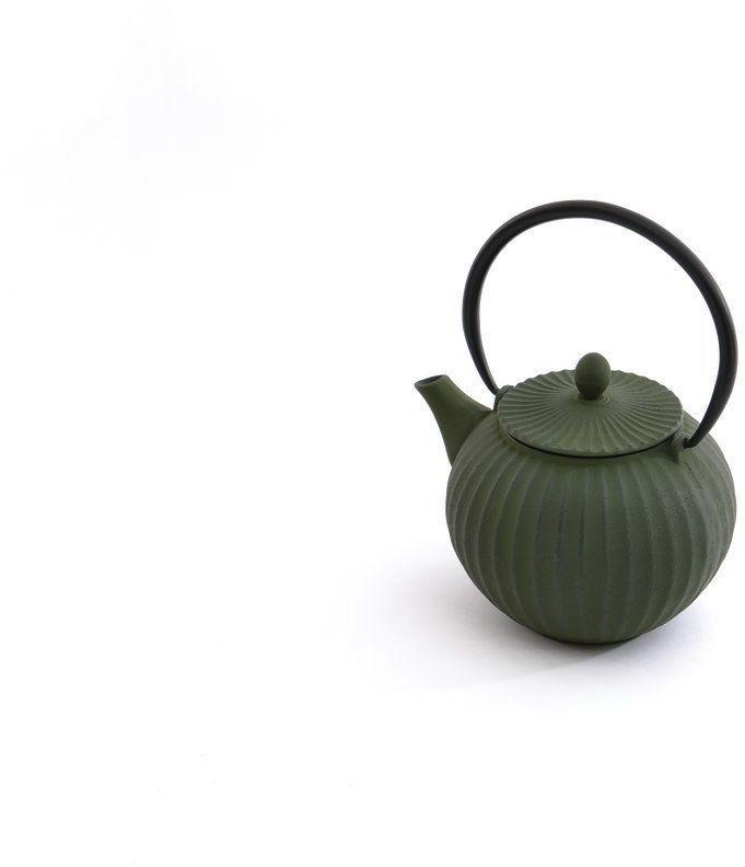 Чайник заварочный BergHOFF Studio, чугунный, цвет: зеленый, 1,3 л1107118Заварочный чайник BergHOFF Studio изготовлен из чугуна высокого качества. Чугунный чайник дольше других удерживает тепло. Вода в нем будет оставаться горячей и пригодной для заваривания чая в течение часа.Внутреннее покрытие из прочной эмали обеспечивает защиту от коррозии. Чайник оснащен чугунной подвижной ручкой и съемным фильтром из нержавеющей стали, который задерживает заварку и предотвращает ее попадание в чашку. Заварочный чайник BergHOFF Studio украсит любую чайную церемонию, а также станет прекрасным подарком на любое торжество. Объем: 1300 мл.