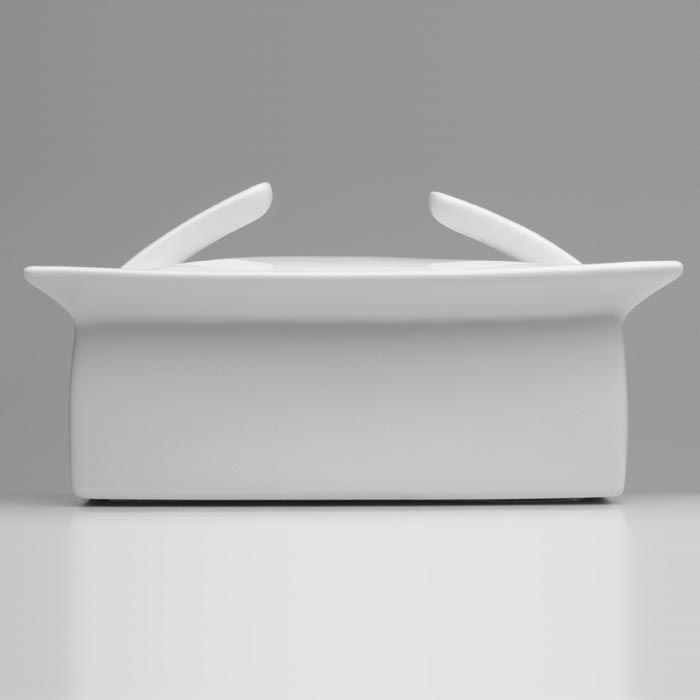 """Масленка BergHOFF """"Concavo"""" изготовлена из  высококачественного фарфора.  Изделие предназначено для красивой сервировки и  хранения масла. Масло в ней долго остается свежим, а при хранении в  холодильнике не впитывает посторонние запахи.  Можно мыть в посудомоечной машине."""