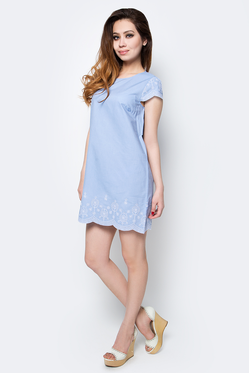 Платье Sela, цвет: светлый деним. Ds-117/761-7225. Размер 40Ds-117/761-7225Стильное женское платье Sela выполнено из натурального хлопка. Модель прямого кроя с круглым вырезом горловины застегивается сзади на пуговицу. Фигурный низ изделия и рукава-крылышки оформлены контрастной вышивкой. Мягкая ткань комфортна и приятна на ощупь. Платье мини-длины подойдет для прогулок и дружеских встреч и станет отличным дополнением гардероба в летний период.