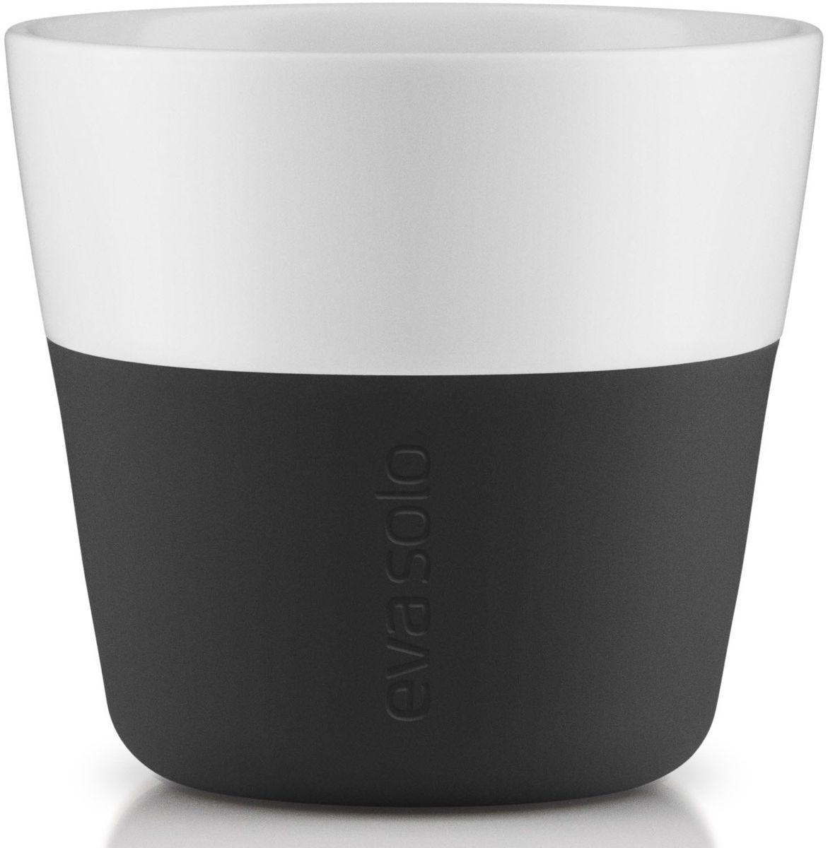 Чашки для лунго Eva Solo, цвет: черный, белый, 230 мл, 2 шт501002Чашка для кофе лунго от Eva Solo рассчитана на 230 мл - оптимальный объем, а также стандартный объем для этого типа напитка у большинства кофемашин. Чашка изготовлена из фарфора и располагает специальным силиконовым чехлом: можно держать в руках, не рискуя обжечь пальцы. Чехол снимается, и чашку можно мыть в посудомоечной машине. В набор входят 2 чашки для лунго.
