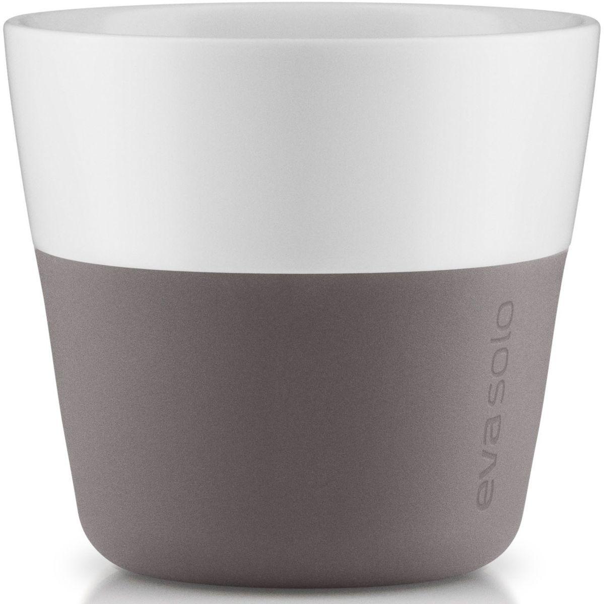 Чашки для лунго Eva Solo, цвет: серый, белый, 230 мл, 2 шт501021Чашка для кофе лунго от Eva Solo рассчитана на 230 мл - оптимальный объем, а также стандартный объем для этого типа напитка у большинства кофемашин. Чашка изготовлена из фарфора и располагает специальным силиконовым чехлом: можно держать в руках, не рискуя обжечь пальцы. Чехол снимается, и чашку можно мыть в посудомоечной машине. В набор входят 2 чашки для лунго.